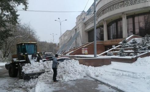 В Караганде убирают снег