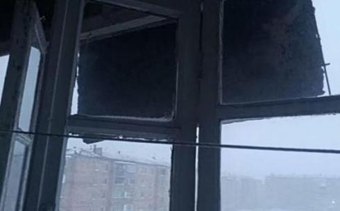 С одного из зданий Караганды сорвало часть кровли