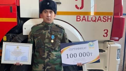 Пожарного из Балхаша наградили медалью «Ерлігі үшін»