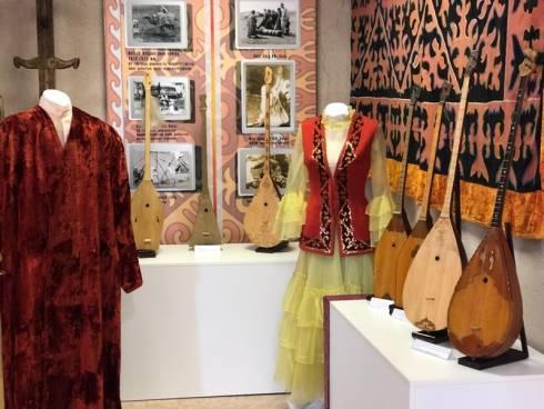 На выставке «Домбыра дастан» представили инструменты и сценические костюмы известных артистов