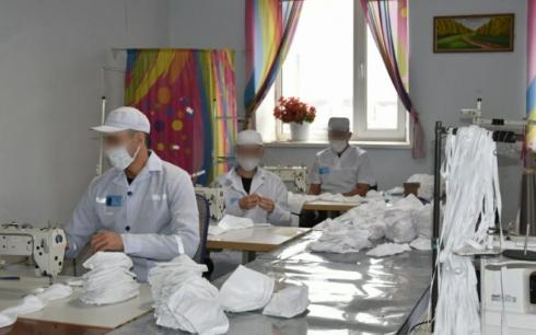 В Карагандинской области поощрили помогающих в пошиве масок осужденных