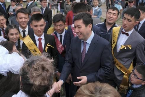 Ерлан Кошанов поздравил выпускников с окончанием школы
