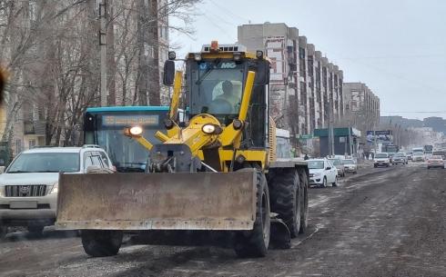 Грейдировать неасфальтированный участок главной дороги в Майкудуке приходится ежедневно