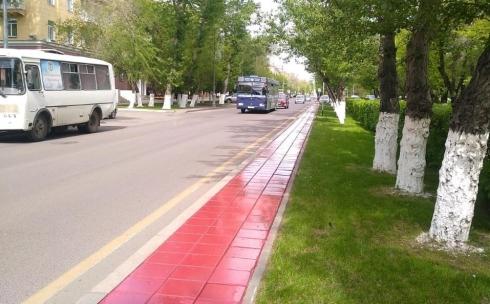 В красный цвет красят технические тротуары в Караганде