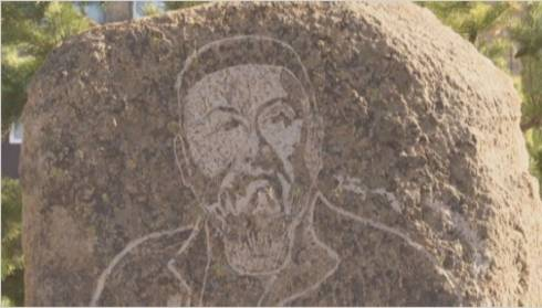 Памятный камень с гравюрой Абая установили в Каркаралинске