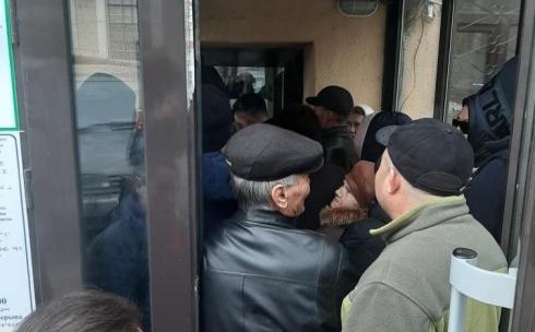 В Караганде посетителям ЦОНов придется ждать своей очереди на улице