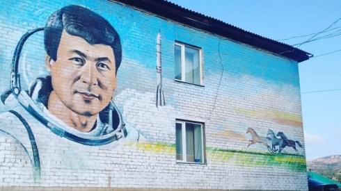 Муралы с изображениями Токтара Аубакирова и Алихана Бокейханова появились в Каркаралинске