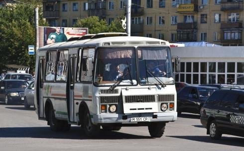 В Караганде кондуктор пожаловалась на пассажирку, ребенка которой стошнило на занавески в автобусе