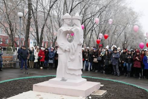 «Влюбленные» украсили сквер на бульваре Мира