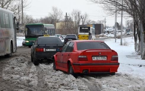 Падал снег. Водитель злился...