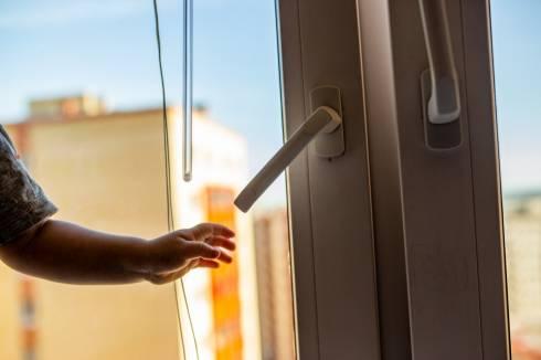 Пятилетняя девочка выпала из окна 5 этажа в Темиртау