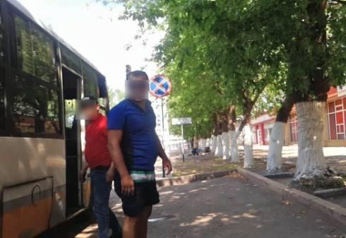 В Караганде водитель и кондуктор маршрутки пытались напасть на своего пассажира