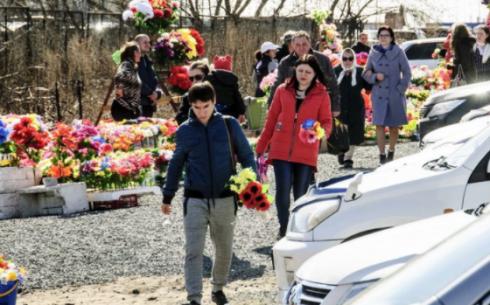 В Караганде организован транспорт для посещения кладбищ на Радоницу