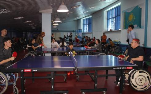 В Караганде проходят соревнования по настольному теннису среди спортсменов-колясочников