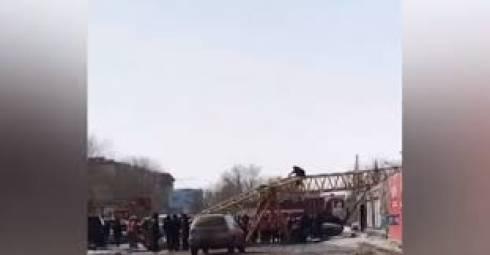 Строительный кран рухнул в Караганде