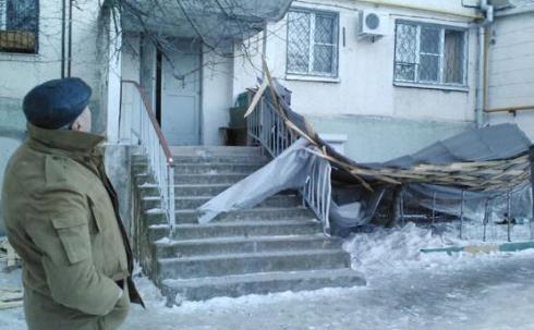 Карагандинцев просят сообщать о фактах возможного падения строительных материалов со зданий