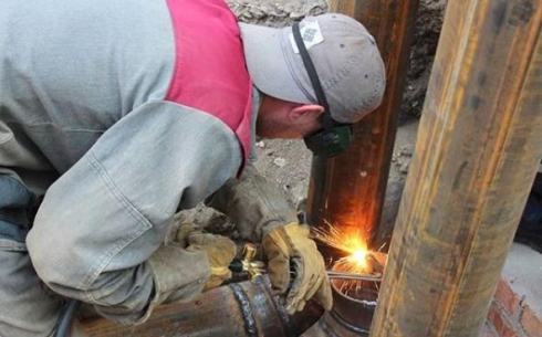 В Караганде устраняют дефект на трубопроводе тепловой сети