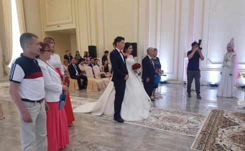 Аким Карагандинской области побывал на торжественной регистрации брака во дворце «Ақ сарай»