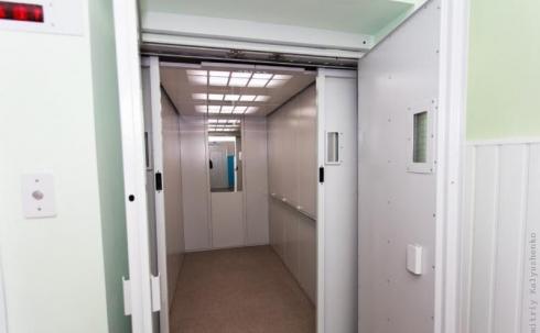 При наличии нового лифта за 8,5 млн тенге больных поднимают на носилках в Карагандинской области