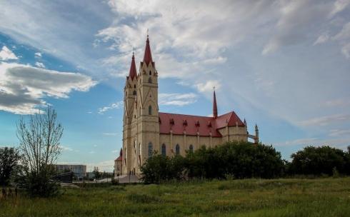 Карагандинцев заинтересовал огороженный участок земли близ католического собора