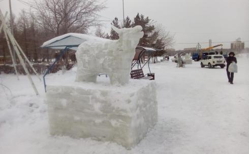 Набережную Центрального парка Караганды украсили ледяные фигуры