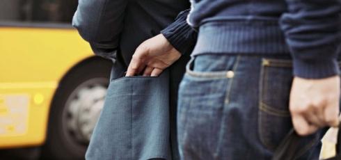 Мужчина украл у пенсионера банковскую карту и снял с нее все деньги в Темиртау