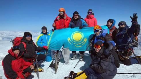 Карагандинцы посвятили Рахимжану Кошкарбаеву восхождение на Эльбрус