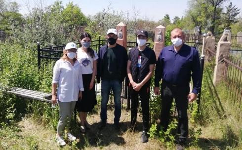 В Карагандинской области провели субботник на месте захоронения Алимхана Ермекова