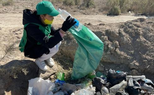Одноразовая посуда и влажные салфетки: сколько мусора собрали на побережьях Балхаша и Кенгирского водохранилища