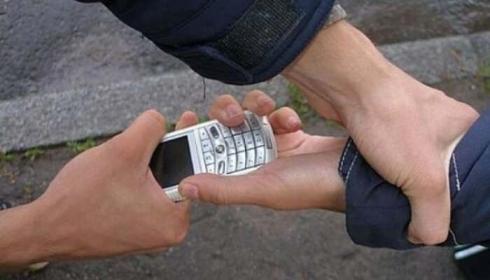 Грабитель отобрал телефон у жителя Жезказгана