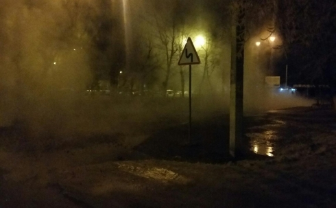 В Караганде взорвавшаяся труба повредила проезжающий автомобиль