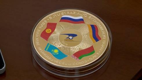 Нацбанк опубликовал видео золотой килограммовой монеты