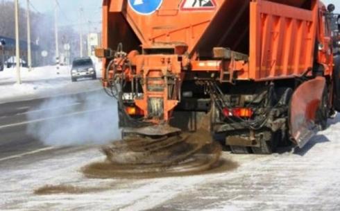 Дорожные службы Караганды борются с гололёдом