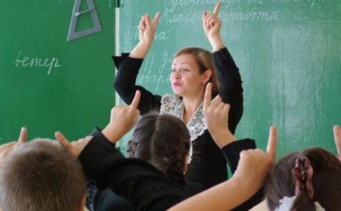 Учителям каких классов повысят зарплату в новом учебном году, рассказали в МОН