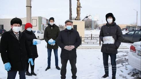 «Вместе с народом»: в Жанааркинском районе раздают маски и призывают соблюдать санитарные нормы