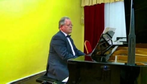В Караганде известный пианист провел мастер-класс для школьников