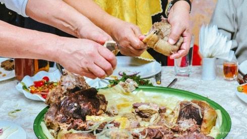 Почему в Казахстане разрешили проводить свадьбы и юбилеи