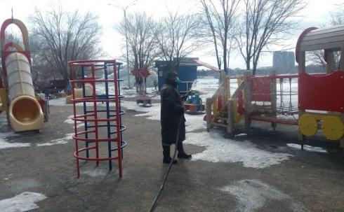 В Караганде проводится дезинфекция детских площадок