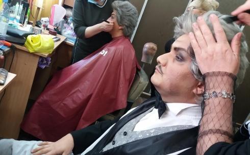 Не узнать в гриме: в карагандинском театре музкомедии проходит мастер-класс для гримеров