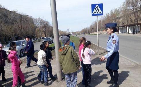 Карагандинские полицейские учили детей правильно переходить дорогу