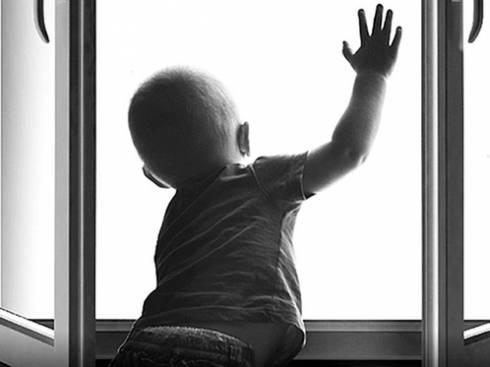 Двухлетняя девочка погибла, выпав с пятого этажа в Караганде