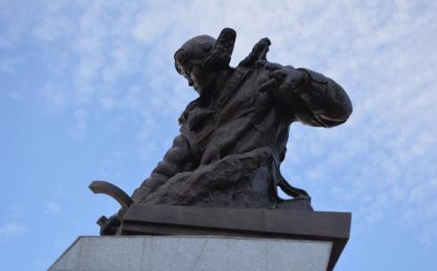 В Караганде открыли памятник Нуркену Абдирову