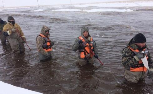 В Карагандинской области военнослужащие помогают справиться с последствиями паводков