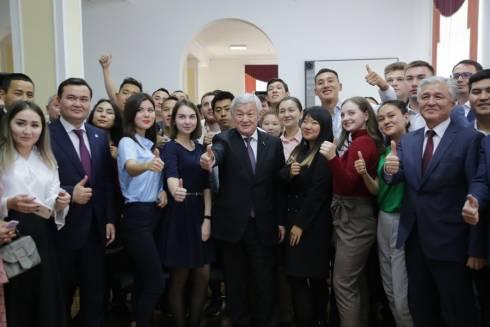 «Не бойтесь мечтать и смело идите к своей цели» - Сапарбаев дал наставления молодёжи