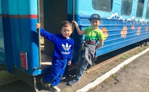 В Караганде детский поезд прокатил первую тысячу пассажиров после ремонта