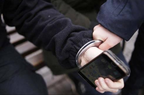 Несовершеннолетний грабитель напал на карагандинца и вырвал из рук телефон