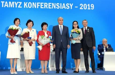 Глава государства наградил ряд учителей за заслуги в развитии отечественного образования