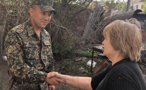 В Караганде военнослужащий Национальной гвардии спас женщину от пожара