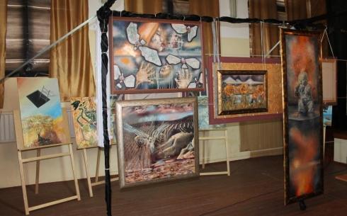 Талантливые осужденные показали свои картины на выставке в Караганде