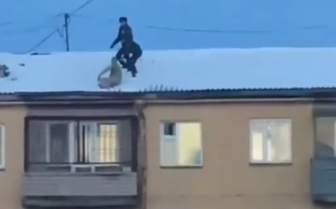 Карагандинские полицейские сняли с крыши пятиэтажки обнажённого мужчину